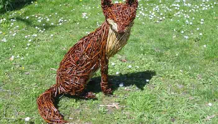 I love the way that Foxes are always alert , even when relaxing.This fox is made with a beautiful red willow. I get asked to make a lot of foxes for various people and when i made a whole family of foxes for the Chelsea flower show they went down[...]