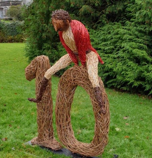 willow sculpture of 10 lords a leaping